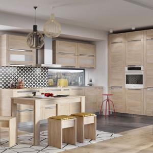 """W kuchniach klasycznych szczególnie chętnie stosowane jest drewno lub dekory będące jego wiernymi imitacjami. Na zdjęciu: kuchnia """"Olivia Soft"""" firmy Kam. Fot. Kam"""