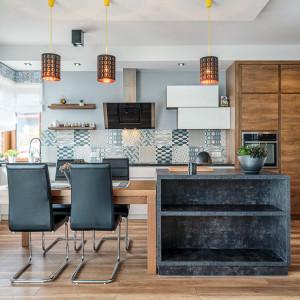 We współczesnych kuchniach klasycznych często biel łączona jest z odcieniamin drewna. Fot. Studio Piomar/ Max Kuchnie