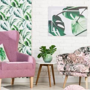 Szczególnie modnym motywem we wnętrzach urządzonych w stylu urban jungle są liście monstery. Fot. Salony Agata