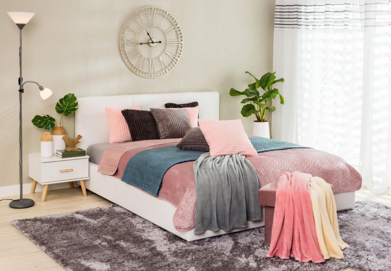Wystarczy dobrać odpowiednie dodatki dekoracyjne, żeby zupełnie odmienić sypialnię. Fot. Salony Agata