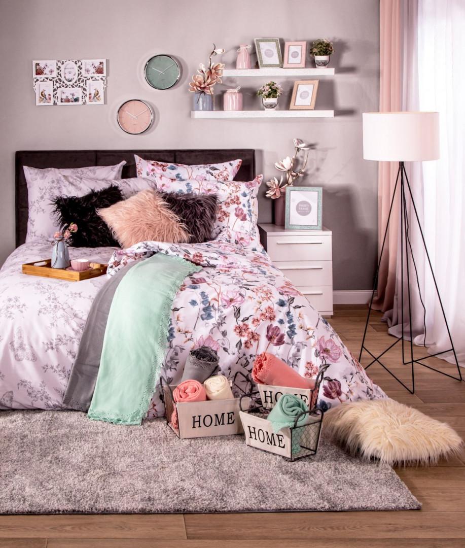W każdej sypialni łóżko stanowi główny element wystroju, zatem warto zadbać również o jego dekorację. Fot. Salony Agata