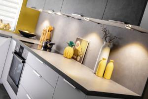 Kuchenny minimalizm z nowymi dekorami o wzorze kamienia
