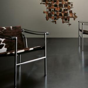 Krzesła LC1 firmy Cassina. Projekt: Le Corbusier. Fot. Cassina