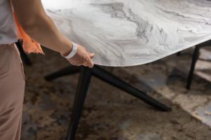 Wyjątkowe stoły i stoliki - zobacz trendy lansowane na targach w Mediolanie!