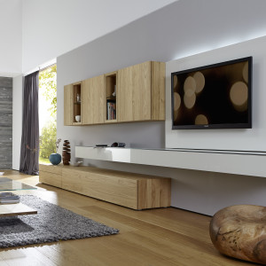 Jasne drewno pasuje do nowoczesnego wnętrza. Fot. Huelsta