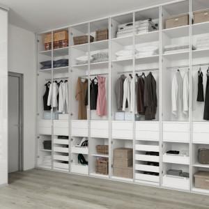 W projektach nowoczesnych domów i mieszkań można zauważyć zwrot ku wydzielaniu specjalnego pomieszczenia przeznaczonego na garderobę. Fot. Komandor
