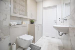 Meble łazienkowe - jak zaprojektować praktyczne schowki