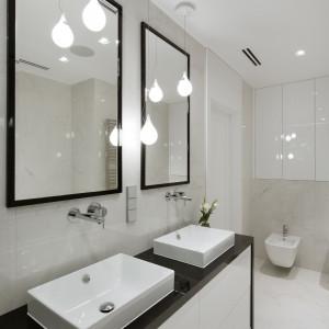 Szafki pod umywalką i we wnęce nad instalacją sedesu podwieszonego zapewniają wystarczającą ilość miejsca na trzymane w tym pomieszczeniu rzeczy. Fot. Pracownia MGN