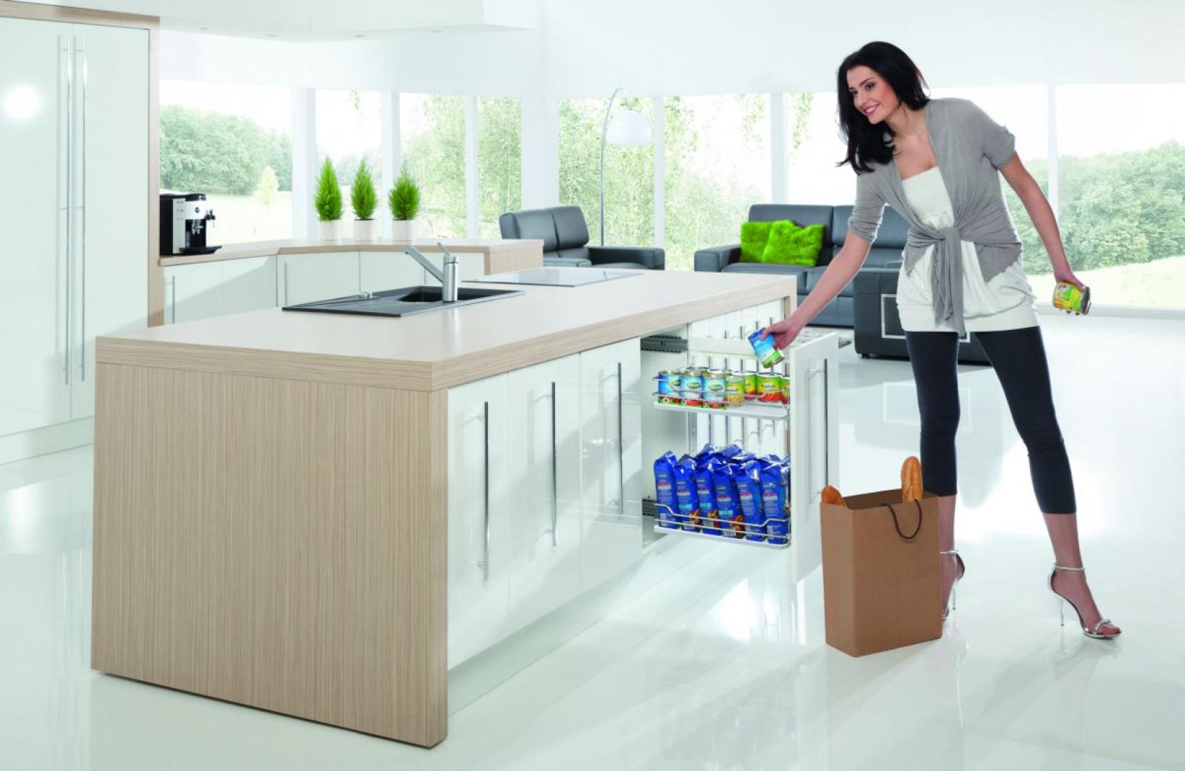 Systemy wysuwne – takie jak cargo, szuflady czy kornery pozwolą maksymalnie wykorzystać powierzchnię szafek. Fot. Rejs