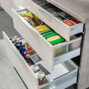 System organizacji szuflad zastosowany w zabudowie kuchennej