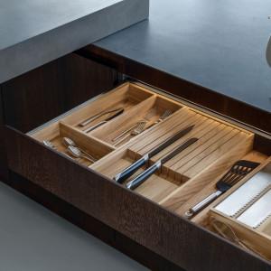 Drewniane organizery zastosowane w zabudowie kuchennej firmy Zajc. Fot. Zajc