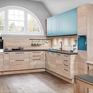 Kuchnia KAMPlus - niebieskie fronty szafek ożywiają  całość utrzymaną w kolorach drewna. Fot. KAM Kuchnie