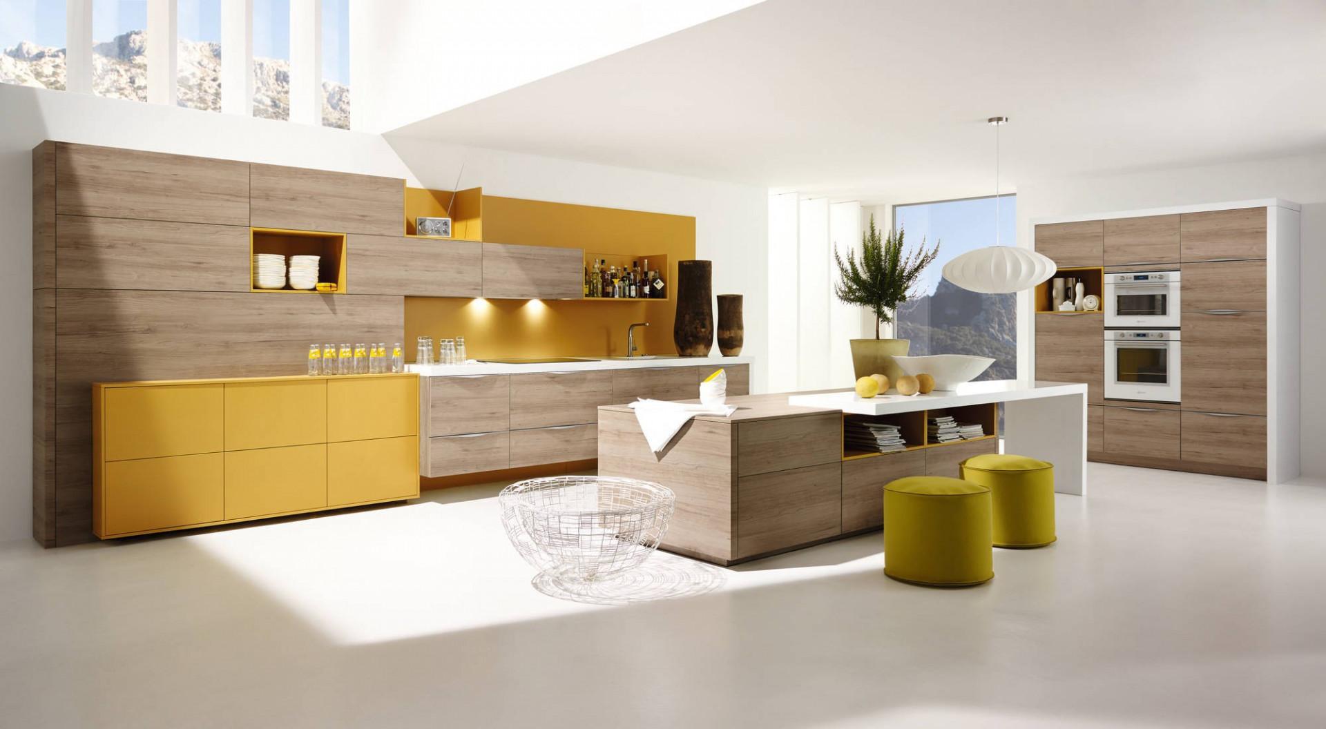Połączenie odcieni naturalnego drewna z soczystym żółtym kolorem doskonale poprawia nastrój. Fot. Alno