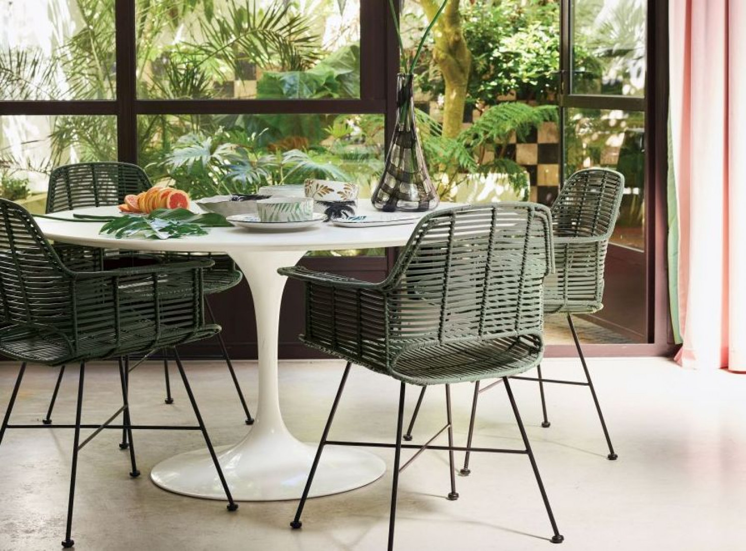 Krzesła Tub marki HK Living. Fot. HK Living