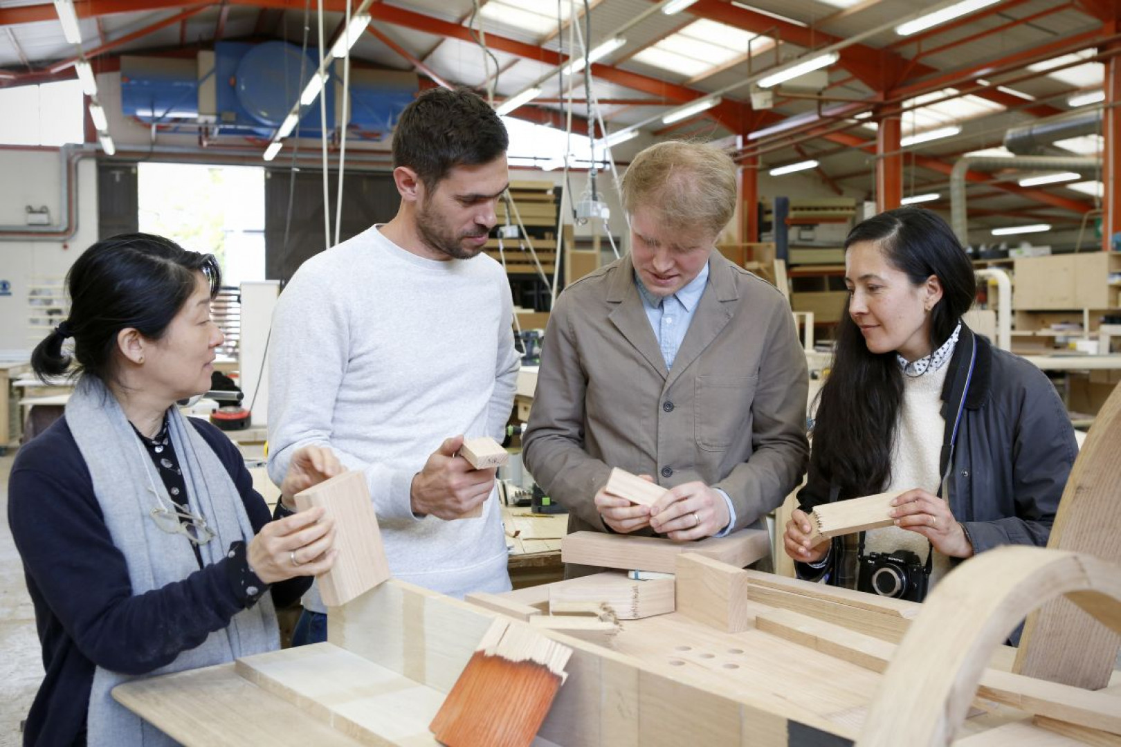 Tomoko Azumi (T.N.A design studio), Max Lamb, Sebastian Cox, Juliet Quintero (d-p-q) omawiają właściwości materiału z Seanem Sutcliffem (Benchmark Furniture). Fot. Tom Harrison