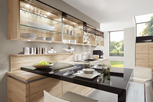 Meble kuchenne ze szklanymi witrynami - zobacz, co proponują producenci