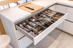 Szuflady w kuchni - sposoby na personalizację