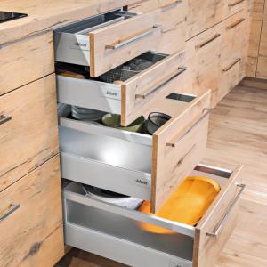 """W kuchni najważniejsza jest ergonomia i wygoda użytkowania. Znacznie o nie łatwiej, kiedy mamy """"pod ręką"""" szuflady z pełnym wysuwem, delikatnym domykiem i zoptymalizowaną wysokością.  Fot. Kam"""