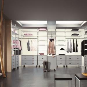 Otwarta garderoba też może efektownie wyglądać. Fot. Komandor