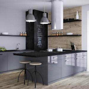 Kuchnia z otwartymi półkami. Na zdjęciu: zabudowa