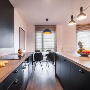 W całej części kuchennej dużą rolę odgrywa także geometria, oparta na liniach prostych – pionowych, poziomych, ukośnych. Fot. Kodo