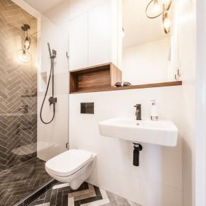 Największą uwagę w aranżacji łazienki przykuwa wydzielona szklaną taflą strefa prysznicowa. Fot. Kodo