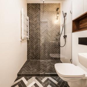 W łazience znajdziemy zarówno kontrasty, złożone z bieli oraz różnych odcieni szarości, jak i drewniane akcenty. Fot. Kodo