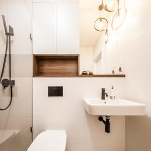Ciekawym zabiegiem jest zestawienie białej ceramiki z czarnymi dodatkami, w postaci przycisku spłukującego oraz armatury sanitarnej. Fot. Kodo