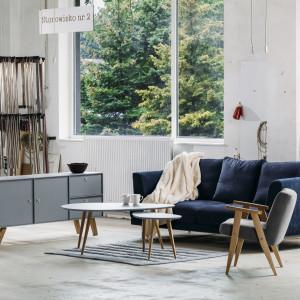 Salonik urządzony w stylu skandynawskim: komoda Scandinave, sofa Lily. Fot. Rosanero