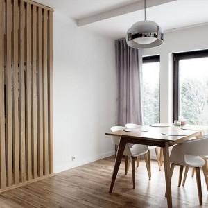 Stół marki Fameg w mieszkaniu autorstwa Agnieszki Noworzyń
