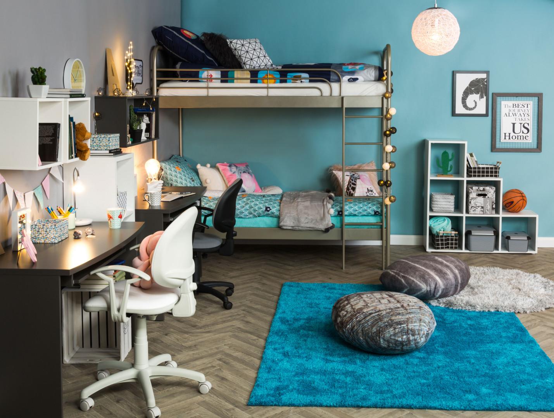Biurko, podręczna półka i wygodne krzesło - to najważniejsze elementy pokoju małego ucznia. Fot. Salony Agata