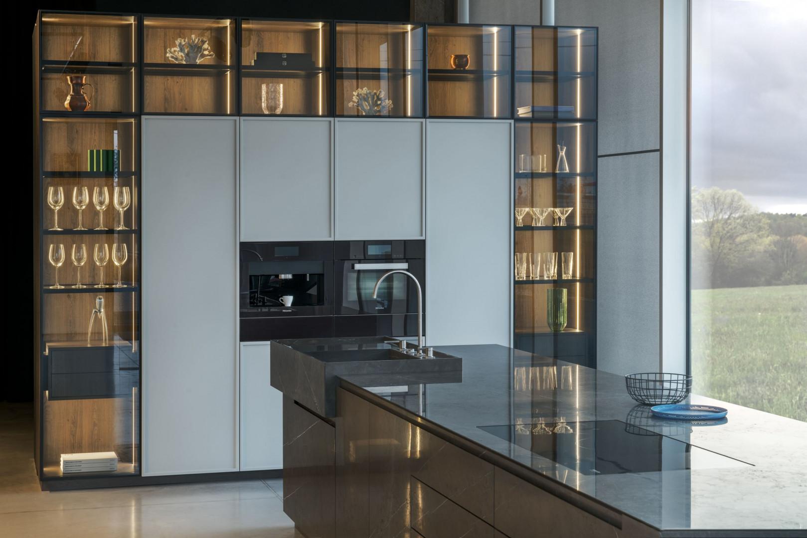 Nowoczesna kuchnia ze szklanymi frontami. Fot. Zajc