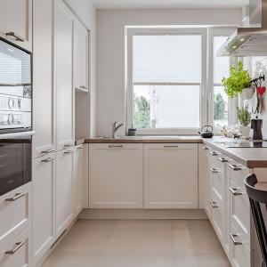 Chłód bieli można ocieplić za pomocą naturalnych materiałów oraz stylowych akcentów, stosując je konsekwentnie we wszystkich pomieszczeniach mieszkania. Projekt: Kodo. Fot. Kodo
