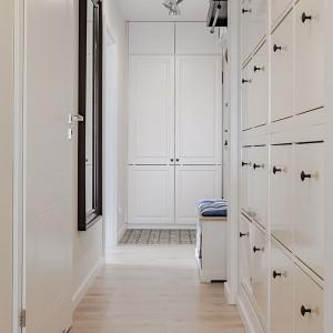 Druga zabudowa przedpokoju, korespondująca formą z kuchenną zabudową, służy do przechowywania butów i odzieży. Projekt: Kodo. Fot. Kodo