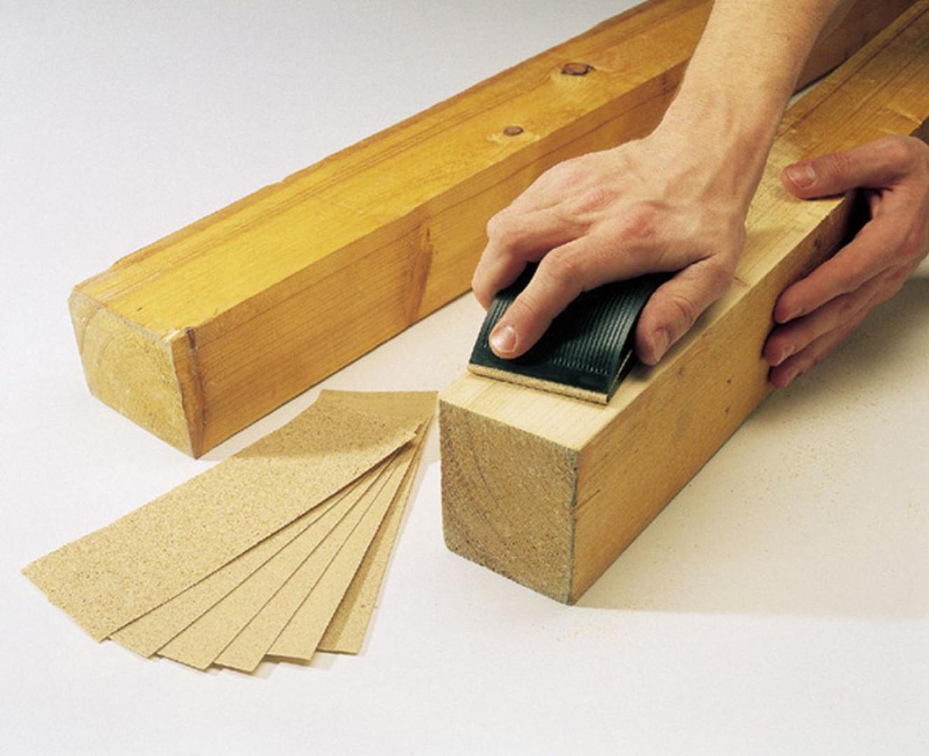 Podgrzane powietrze sprawia, że lakier się rozwarstwia. Można się go więc skutecznie pozbyć przy pomocy skrobaka i szpachelki. Fot. Wolfcract/ Lange Łukaszuk