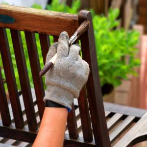 Stosując odpowiednie lakiery, oleje lub farby, można uzyskać różnorodne efekty wykończenia powierzchni. Fot. Lange Łukaszuk/AdobeStock