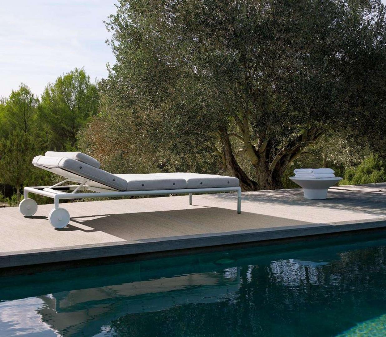 """Leżak """"Springtime"""" firmy B&B Italia. Projekt: Jean-Marie Massaud. Fot. B&B Italia"""