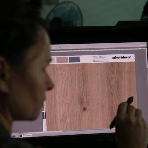 Proces obróbki cyfrowej wzoru. Fot. Schattdecor