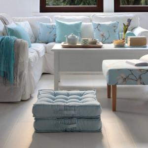 Łącząc jasne barwy w pastelowych odcieniach błękitu, szarości, beże czy ecru, a przede wszystkim biel z delikatnie kontrastującymi elementami drewnianymi, można optycznie powiększyć przestrzeń i nadać jej odpowiedni klimat. Fot. Dekoria.pl