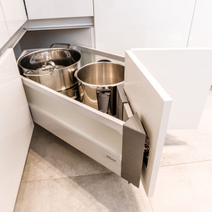 Kształt szuflady narożnej jest tak zaprojektowany, aby wykorzystać cały potencjał tego miejsca, a po jej otwarciu zapewnić swobodny dostęp do wszystkich przechowywanych artykułów. Fot. Kam