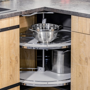 Polecanym rozwiązaniem są również półki obrotowe, wykorzystujące dostępną powierzchnię szafki. Po ich wysunięciu z korpusu mebla, cała zawartość jest widoczna i łatwo dostępna. Fot. Kam