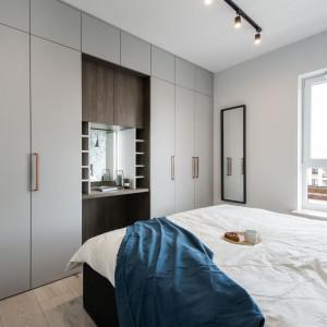 Przestrzeń sypialni została zorganizowana w formie dwóch jasno wydzielonych stref – snu oraz przechowywania. Fot. Kodo