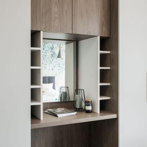 Obszar przechowywania zabudowano pojemną i funkcjonalną szafą, której fronty tworzą niemal jednolitą ścianę. Fot. Kodo