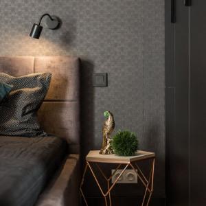 Alternatywą dla jasnej sypialni jest wnętrze urządzone w klimacie klasycznej, wręcz aksamitnej elegancji. Fot. Kodo