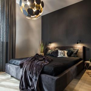 Nastrój buduje w tym pomieszczeniu oświetlenie – dwa niewielkie punkty nad wezgłowiem łóżka oraz designerska lampa sufitowa. Fot. Kodo
