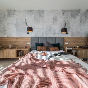 Ciepła wnętrzu dodaje oświetlenie w postaci dużych, regulowanych lamp ściennych, zamontowanych nad wezgłowiem łóżka. Fot. Kodo