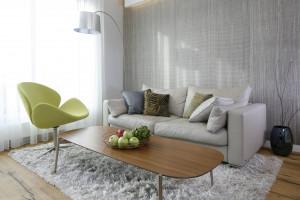 12 pomysłów na wnętrze z szarą sofą