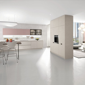 W otwartej przestrzeni kuchnia harmonijnie łączy się z częścią dzienną. Fot. Euromobil