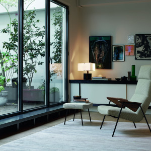 Votteler Chair - fotel o lekkiej konstrukcji. Fot. Natuzzi