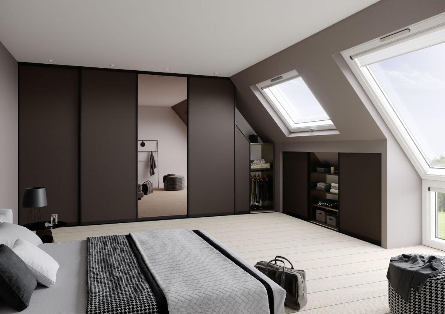 Miejsca pod skosami można wykorzystać na szafki lub półki. Fot. Raumplus